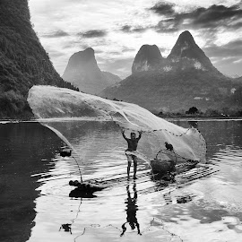 Yangshuo other fisherman by Dharmali Kusumadi - People Professional People