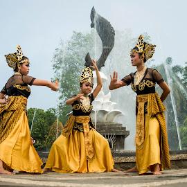 Jaipongan dance by Ahmad Fauzi - People Musicians & Entertainers
