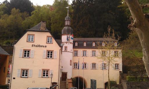Stadhuis met standbeeld en bui