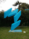 Escultura azul en museo al aire libre