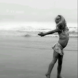 Aimee @ the beach by Celia Botha - Babies & Children Child Portraits