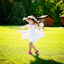 Spining on the grass by Darya Morreale - Babies & Children Children Candids ( girl, twirling, spinning, grass, daisy )