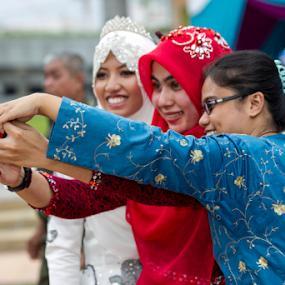 Selfie by Iz Fotografi Art Works - Wedding Groups ( selfie, malay wedding, melayu, melayu kawin, kawin, malay, walimatul urus, nikah, iz fotografi, malaysia, malay selfie, izmir )