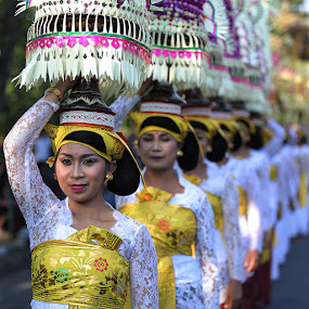 Mapeed by Rudy Harianto - People Group/Corporate ( bali, indonesia, woman, religi, white, smile, group, people, culture )