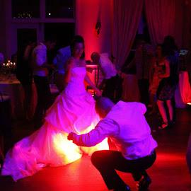 La mariée semble en feu sur la piste de danse! by Marcel De Voyer - Wedding Reception