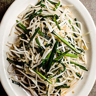 Stir-Fried Bean Sprouts and Chinese Chives