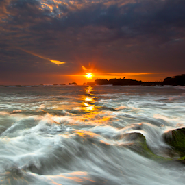 Sisi Ombak by Choky Ochtavian Watulingas - Landscapes Sunsets & Sunrises ( clouds, waves, sunset, seascape, beach, csv, ombak )