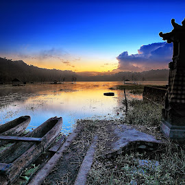 Sunrise at the Lake by Ina Herliana Koswara - Buildings & Architecture Statues & Monuments ( bali, lake, sunrise, morning, tamblingan )
