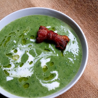 Low-Carb Pea, Spinach and Parsley Soup with Bacon Bows