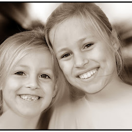 Sisters by Etienne Chalmet - Babies & Children Child Portraits ( child, outdoor, beauty, smile, kinderen )