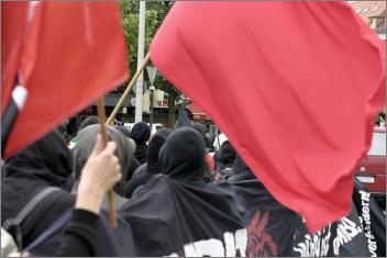 Schwarzer Block Rote Fahnen G8 Protest Gegenprotest Demo