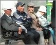 Rentner beim (noch) analogen Austausch von News