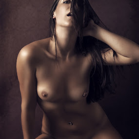Hey you by Tom Fensterseifer - Nudes & Boudoir Artistic Nude ( nude, low key, artistic nude )