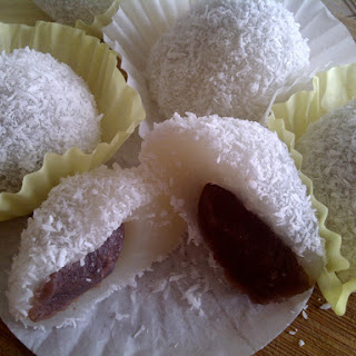 Red bean filled glutinous rice balls (Nuomici)