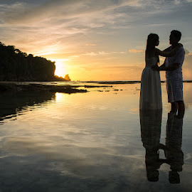 Silhouette by Rah Juan - People Couples ( silhouette, sunset, rah juan, couple, beach, bali natural photoworks, , landscape )