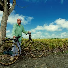 H. Safawi dan Sepeda Tuanya. by Bob  Matkodak - People Portraits of Men (  )
