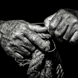 Talking Hands by António Leão de Sousa - People Body Parts ( canon, arte xávega, hands, costa de caparica, fisherman )