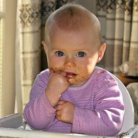 I fed myself by Vibeke Friis - Babies & Children Children Candids ( eating, messy,  )