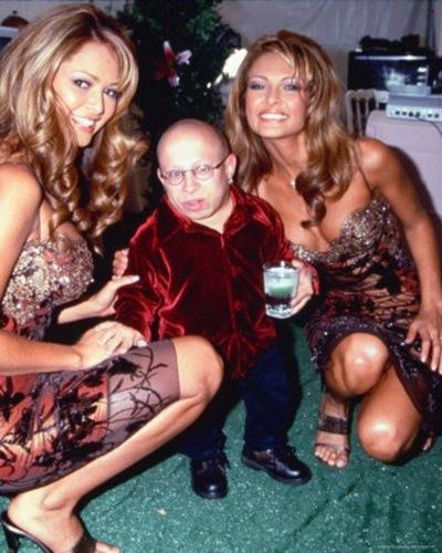 Verne Troyer y sus chicas (10)