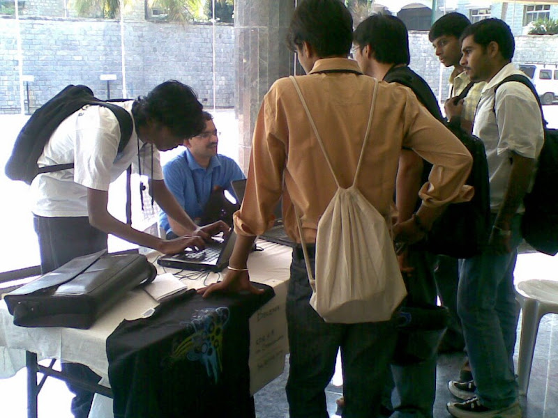One guy trying out his assignment to win Opensolaris t-shirt while others listen to Sriram