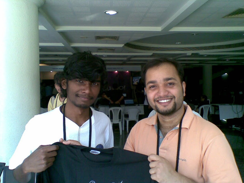 Me giving our first winner the opensolaris t-shirt