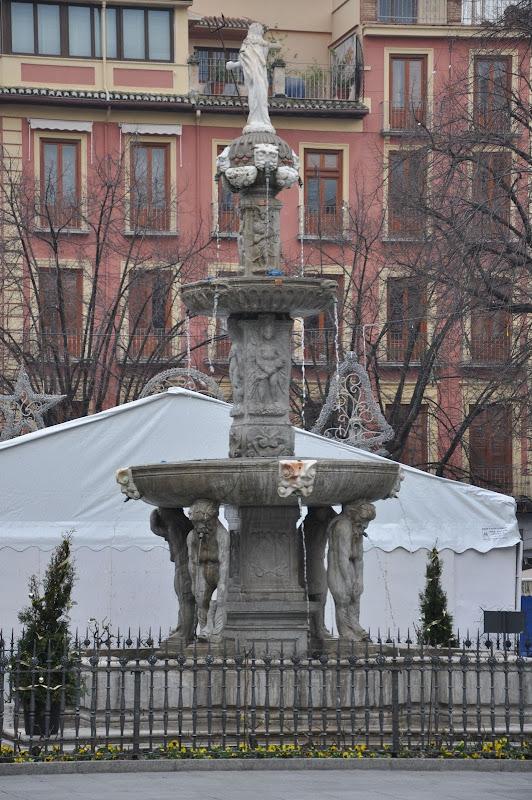 Фонтан на площади Рамбла в Гранаде