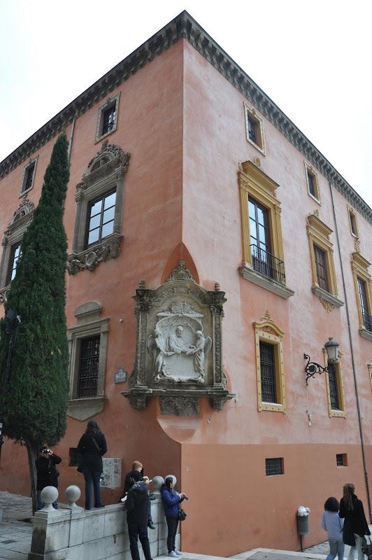 Угол здания с барельефом в Гранаде