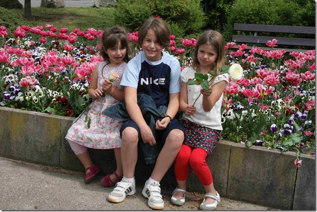 kids with flowers_3228