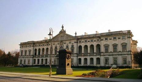 Palacio de los Condes Krasinski, Varsovia, con adornos relacionados a Marcos Valerio Corvino