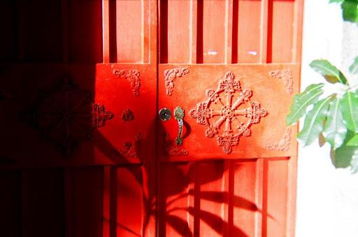 鄰居家的紅色大門