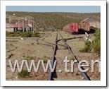 Vista de la entrada al patio de la Estación Visviri del FCAL, la foto muestra la vista que enfrentan los trenes al llegar desde Arica en dirección a Bolivia