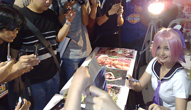 Filipina cosplay queen Alodia Gosiengfiao signs autographs at ToyCon 2008.