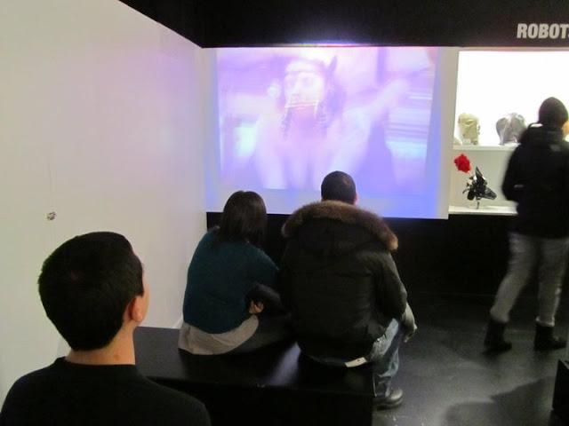 Коллективный просмотр порно в музее секса