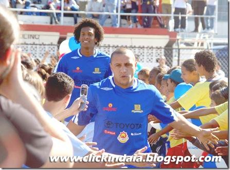 Jô e Roberto Carlos entram em campo (Crédito: Fábio Alexandre)