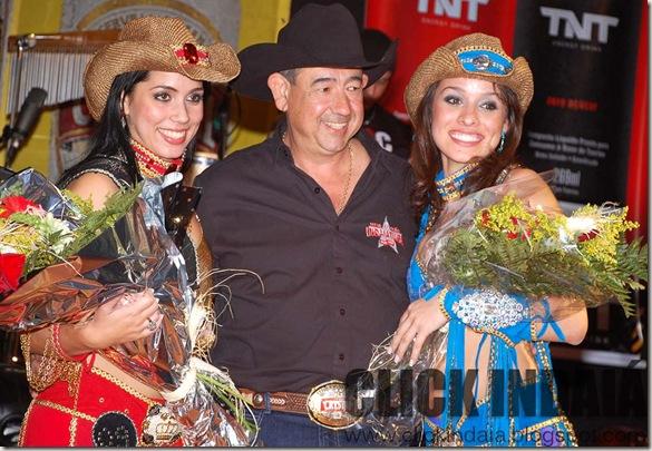 Sérgio Almeida, presidente do Clube de Rodeio, com Tatiana e Kary (Crédito: Fábio Alexandre)