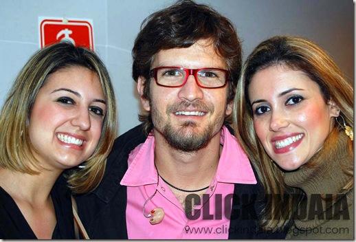 As tietes Fernanda e Carol com Saulo, da Banda Eva (Crédito: Fábio Alexandre)