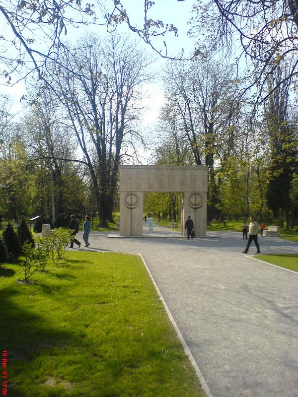 Poarta Sarutului, vedere spre aleea scaunelor.JPG