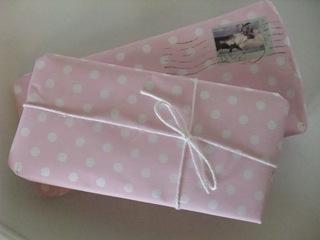 Rosa pakke med hvite prikker