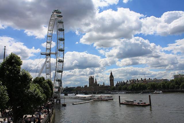 Pohled na Londýnské Oko z Londýnské Oko z Hungerford Bridge, v pozadí Big Ben a House of Parliament.