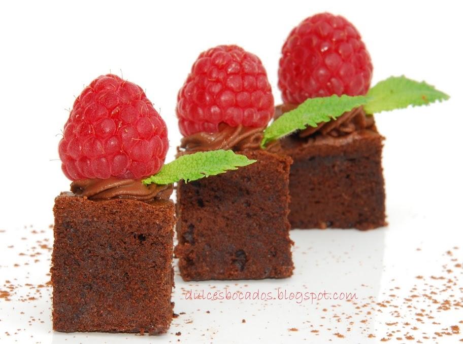 Tarta esponjosa de chocolate con frambuesas