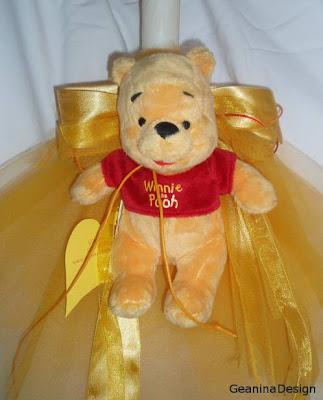 Lumanare pentru botez cu tema ursuletului Winnie the Pooth cu organtina galbena.