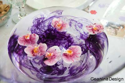 Accesorii pentru nunta: boluri conice cu apa mov si orhidee lumanari.
