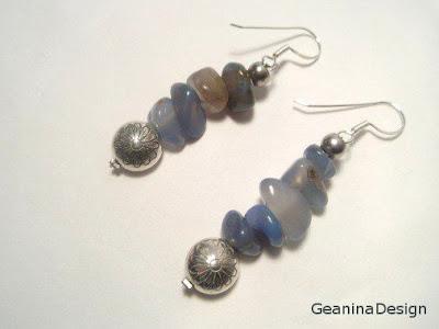 Cercei din agata albastra si detalii metalice cu margareta dintr-un set ce cuprinde si colier.