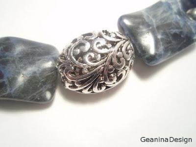 Imagine detaliu: Colier din agate albastre cu detalii argintate.