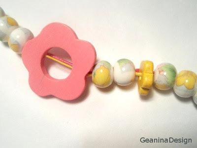 Colier din bile de portelan cu flori, detaliu. Realizat GeaninaDesign.