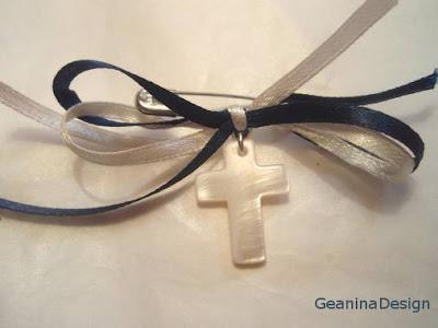 Cruciulite pentru botez baietel din sidef cu fundite satinate bleumarin si albe.