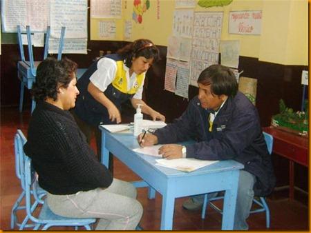 DIRECTOR DE LA RED DE SALUD DE HUAROCHIR ì, DR. JAVIER OSORIO ATENDIENDO A LOS PACIENTES EN LAS CAMPA æAS M ëDICAS GRATUITAS