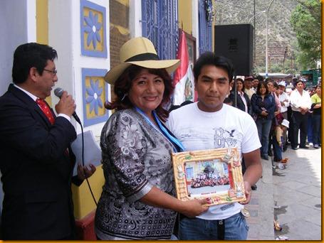 profesor de centro cultural le entrega reconocimiento a alcaldesa provincial rosa vásquez cuadrado