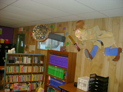 This was how I originally had my library...way back in my first year of teaching :) See how all the books are just lined up? Kids have a really hard time finding books this way, let me show you a better way!