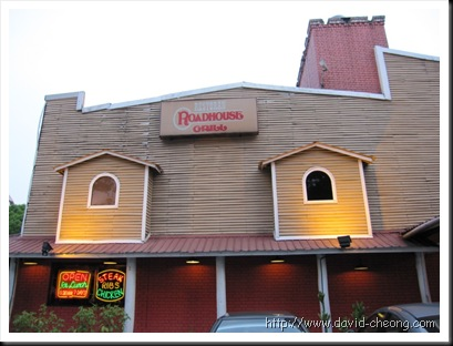 Roadhouse Grill 的前方